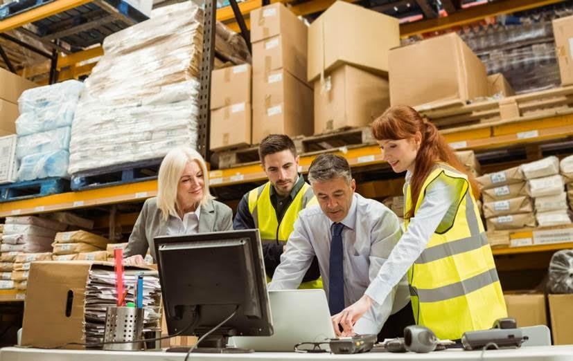 Auxiliares de bodega realizan proceso exitoso de recepción de mercancías.